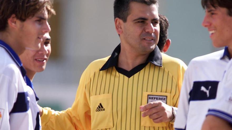 Brito Arceo cuando aún dirigía partidos de fútbol