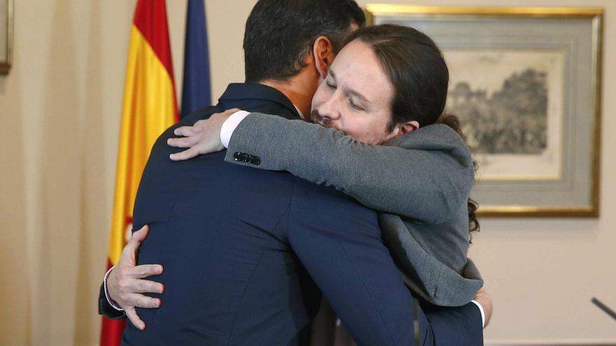 El presidente del Gobierno español en funciones, el socialista Pedro Sánchez, iz., y el líder de Unidas Podemos, Pablo Iglesias,d., se abrazan en el Congreso de los Diputados donde hoy firmaron un acuerdo para la formación de un Ejecutivo en España tras las elecciones del pasado domingo. EFE/Paco Campos
