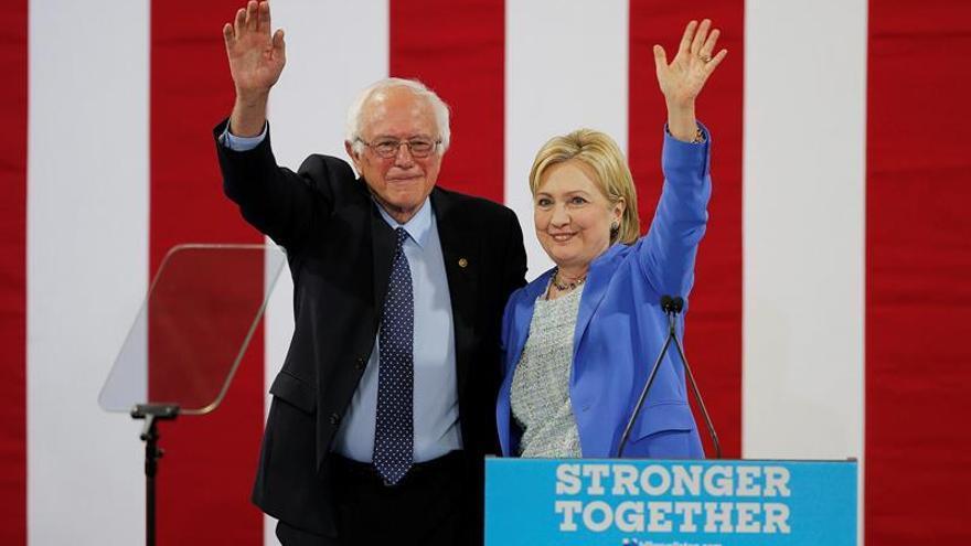 Bernie Sanders y Hillary Clinton aparecen juntos por primera vez en un acto de campaña.
