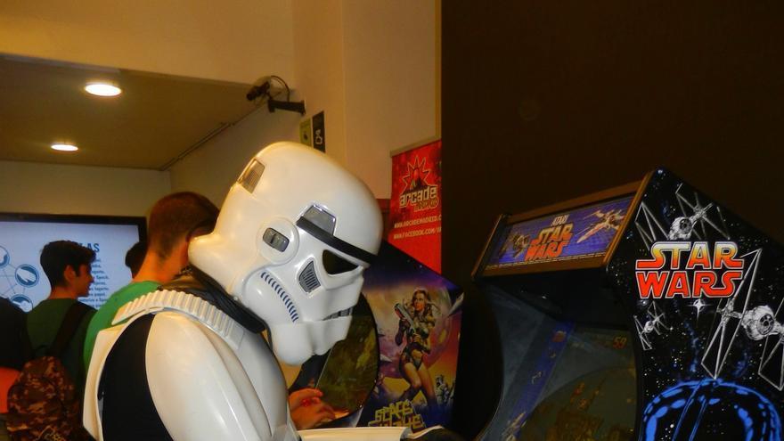 Un 'stormtrooper' con una de las máquinas de Arcade Madrid