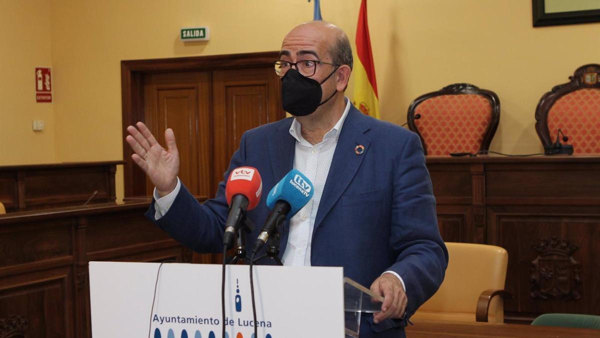 El concejal de Fiestas y Tradiciones en el Ayuntamiento de Lucena, José Pedro Moreno, en rueda de prensa.