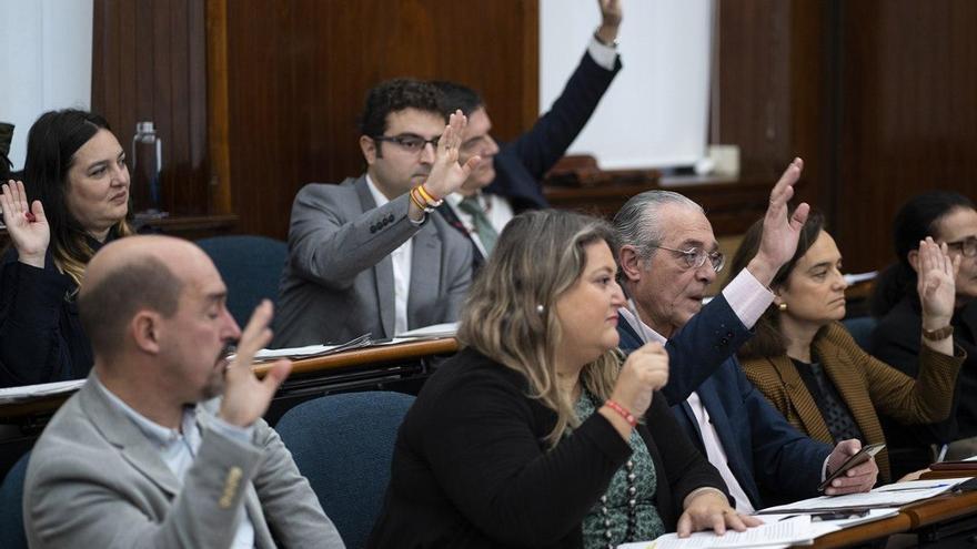 Votación de concejales de PP y Vox en un pleno de Santander.   JOAQUÍN GÓMEZ SASTRE