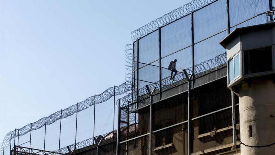 Un preso en el tejado de la cárcel Modelo de Barcelona.