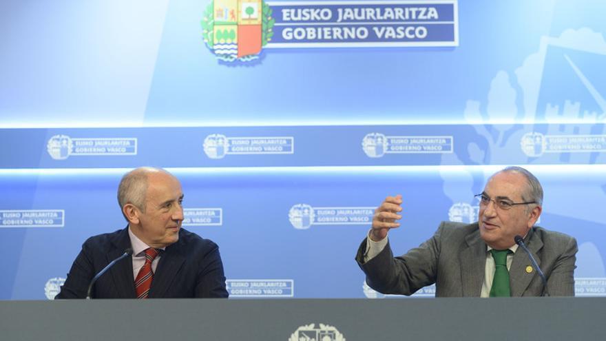 Los consejeros Erkoreka y Arriola, en la rueda de prensa del Consejo de Gobierno
