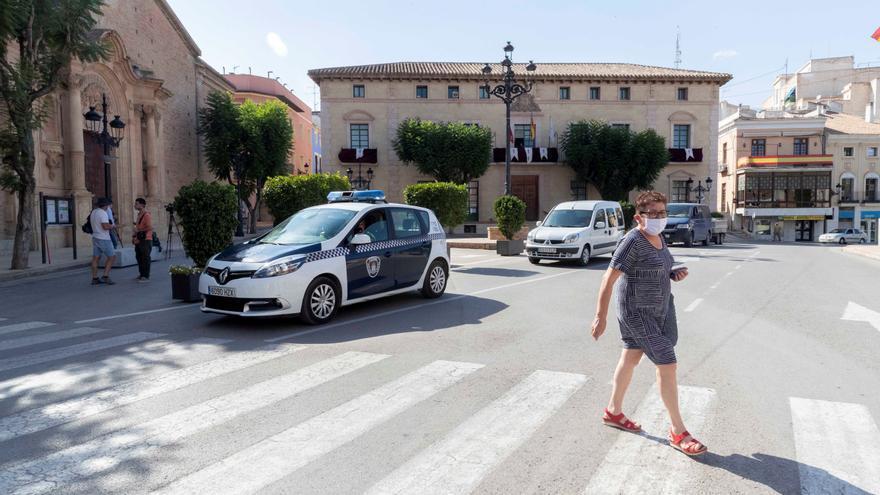 Una mujer cruza por un paso de peatones en la plaza del Ayuntamiento de Totana. EFE/Marcial Guillén