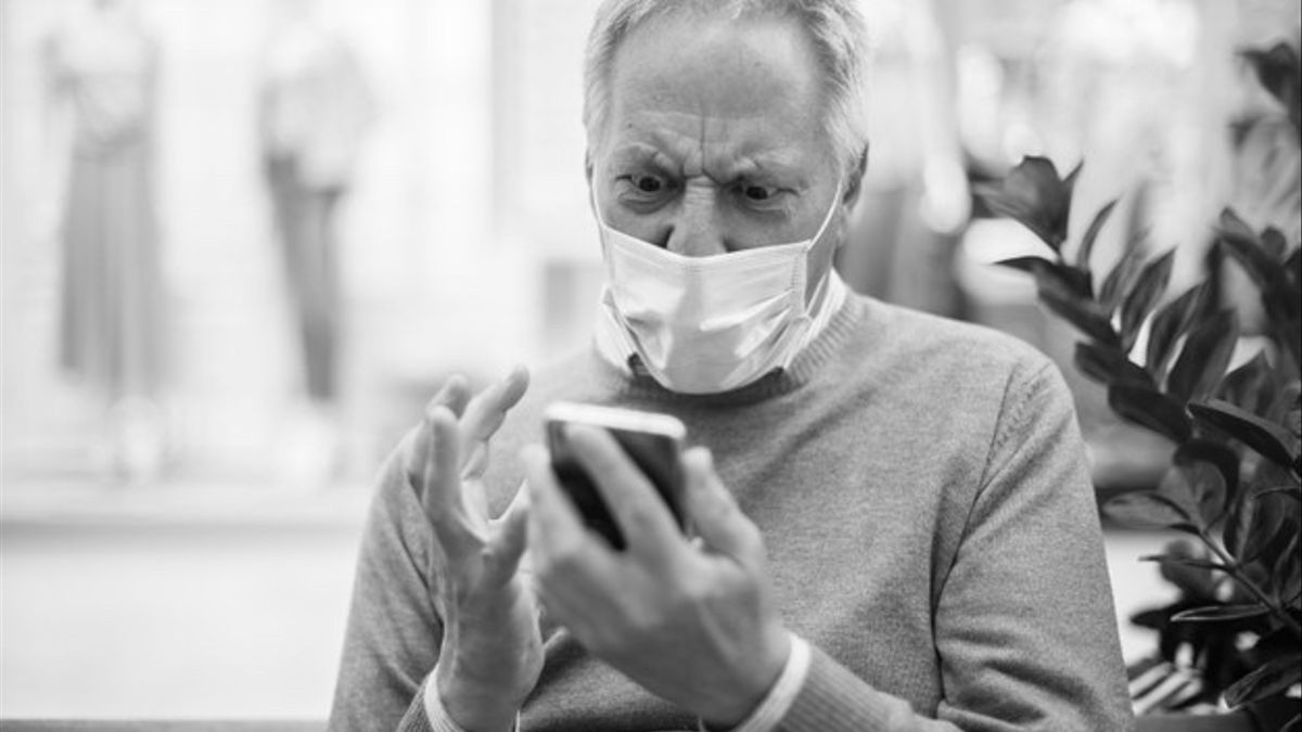 hombre-mayor-sentado-banco-usando-telefono-inteligente-centro-comercial-mascara-enojandose-concepto-coronavirus_53419-10267 -