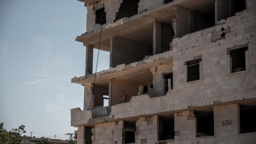 Una persona entre las ruinas de un edificio en Afrin.