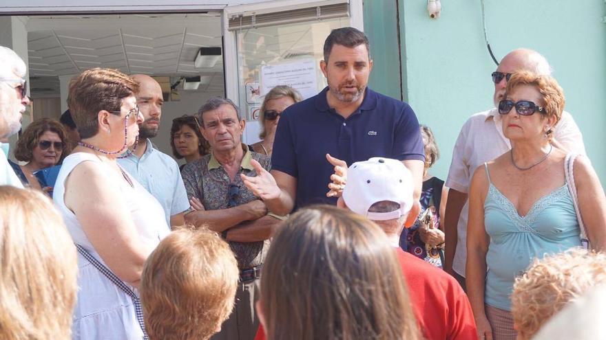 El alcalde de Cullera atiende a los vecinos a las puertas del ambulatorio de Ribera Salud