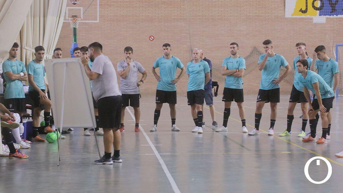 Josan González da instrucciones a sus jugadores