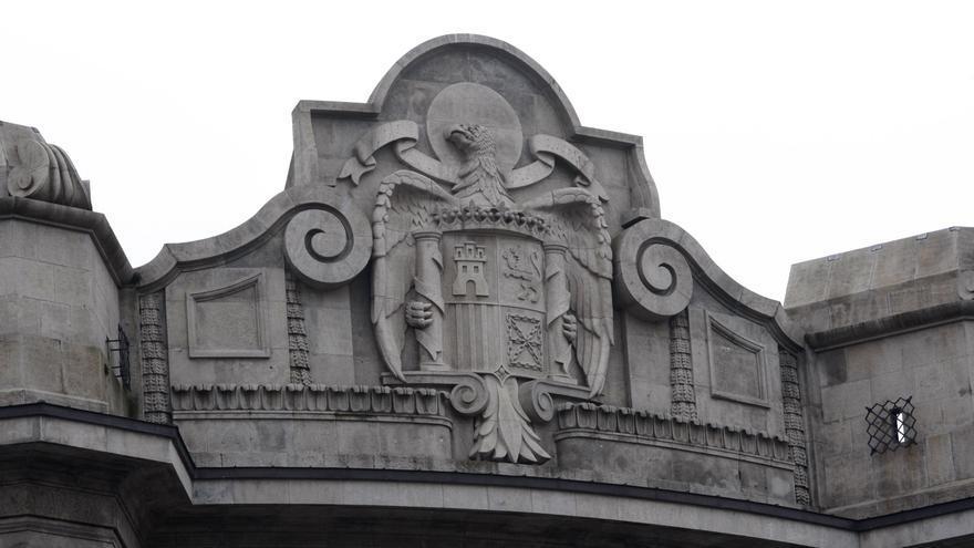 Detalle del escudo franquista que corona el edificio de la Agencia Tributaria en Bilbao. /EDN
