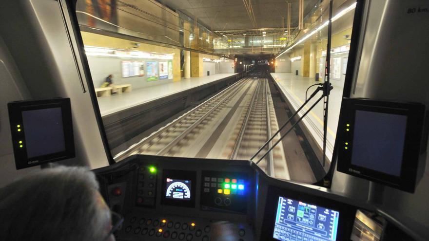 Un maquinista en un convoy del metro