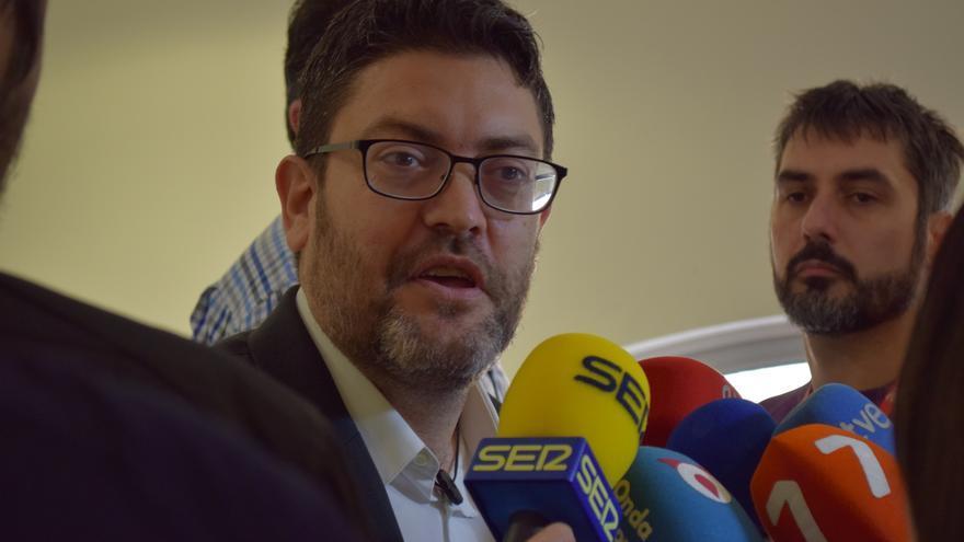 Miguel Sánchez atiende a los medios para exigir explicaciones a la Consejera de Sanidad