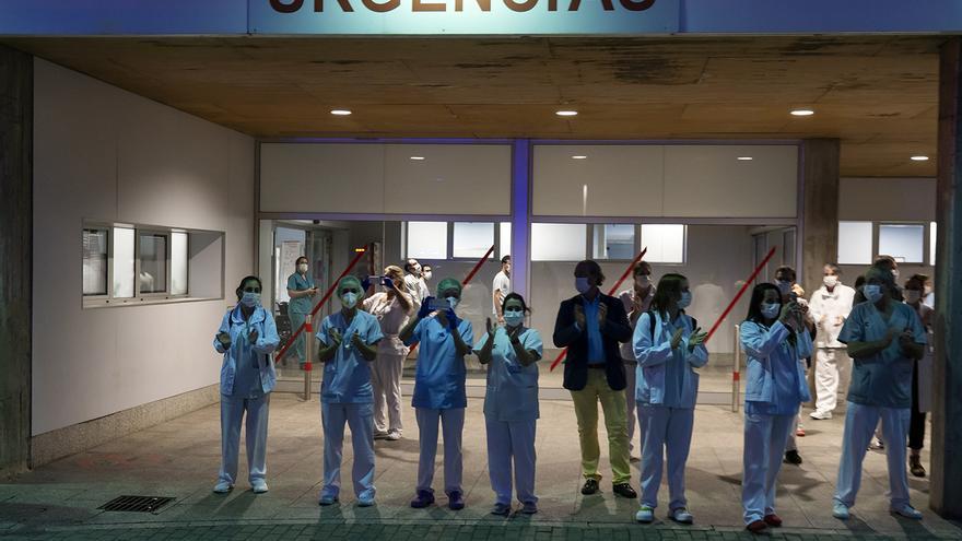 Profesionales sanitarios de las Urgencias del Hospital de Valdecilla durante uno de los aplausos de las ocho de la tarde en el pico de la pandemia. | JOAQUÍN GÓMEZ SASTRE