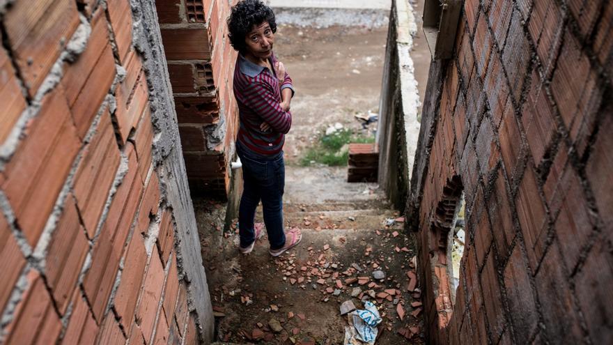 María da Penha en una de las pocas casas originales que todavía quedan en pie en la Vila Autódromo. | Foto: Patricia Taro.