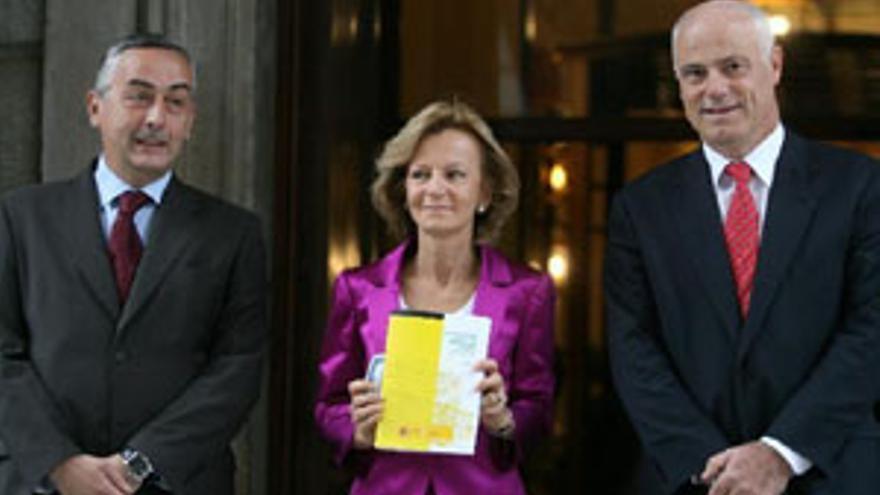 La vicepresidenta Elena Salgado entrega este martes los Presupuestos de 2010 al Congreso de los Diputados. (EP)