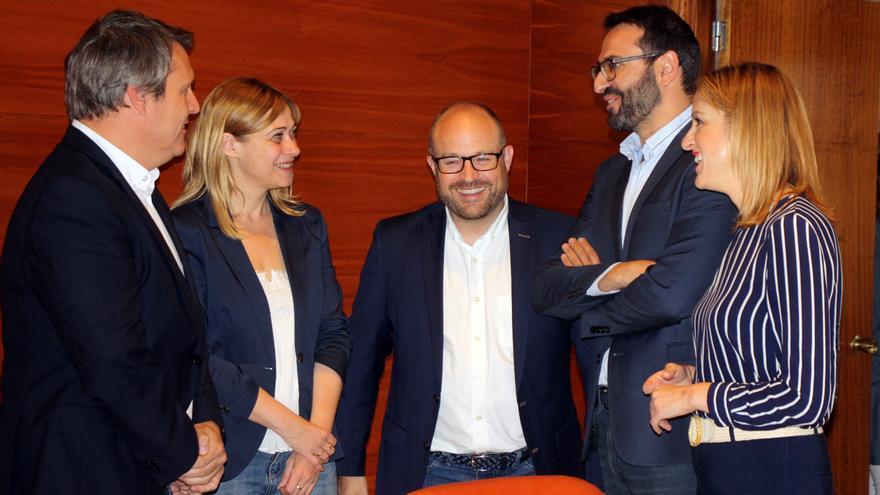 Miembros de Ciudadanos y PSOE tras reunirse en las Cortes de Castilla-La Mancha