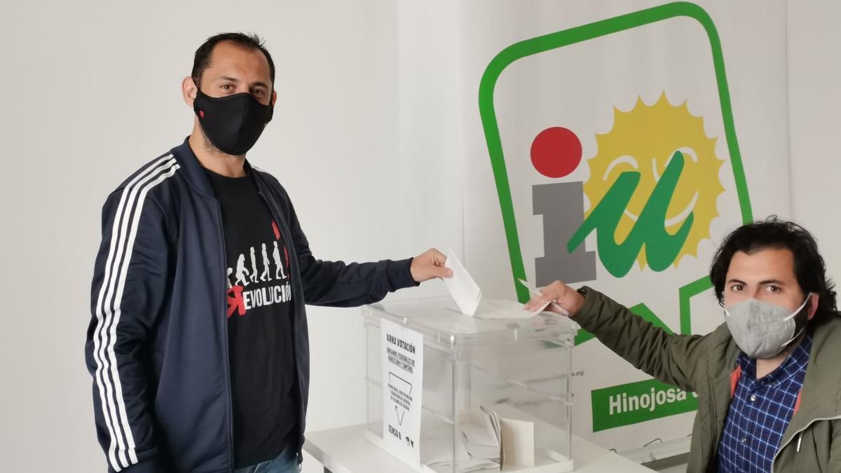 Sebastián Pérez, votando
