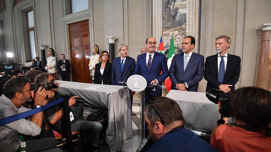 El secretario general del Partido Democrático (centro) durante una rueda de prensa tras su reunión con el presidente de la república italiana, Sergio Mattarella.