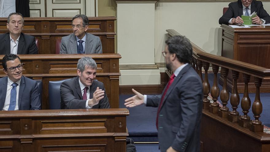 El presidente del Gobierno de Canarias, Fernando Clavijo, saluda al presidente del PP de las Islas, Asier Antona