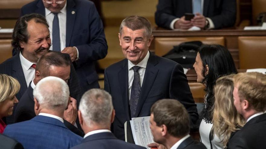 Populistas y socialdemócratas checos logran investidura con apoyo comunista