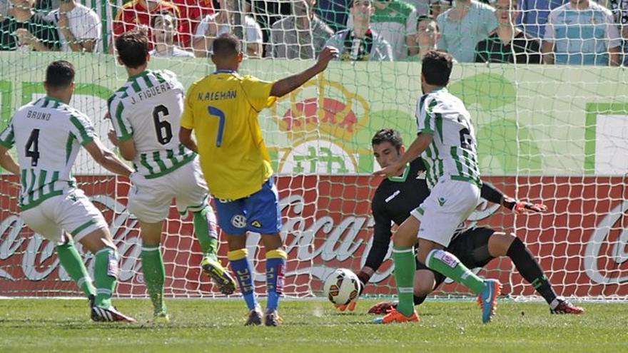 Nauzet Alemán ante el Betis. www.realbetisbalompie.es