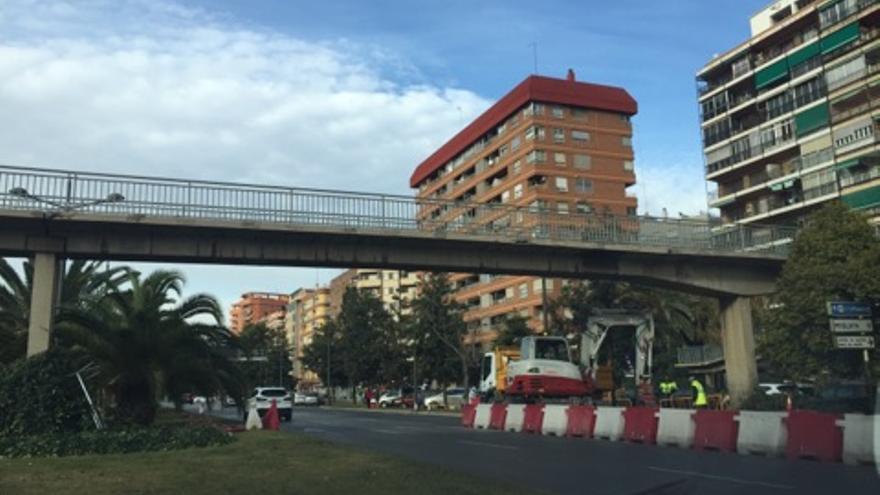 Trabajos previos al desmontaje de las pasarelas de la avenida del Cid