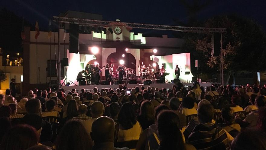 Cerca de un millar de personas se dieron cita este domingo en la Plaza del Ayuntamiento de Fuencaliente para escuchar en directo a Taburiente.