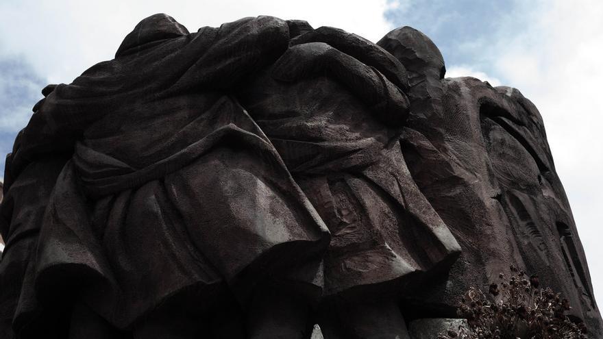 El abrazo, escultura de Juan Genovés que homenajea a los asesinados en la matanza de Atocha