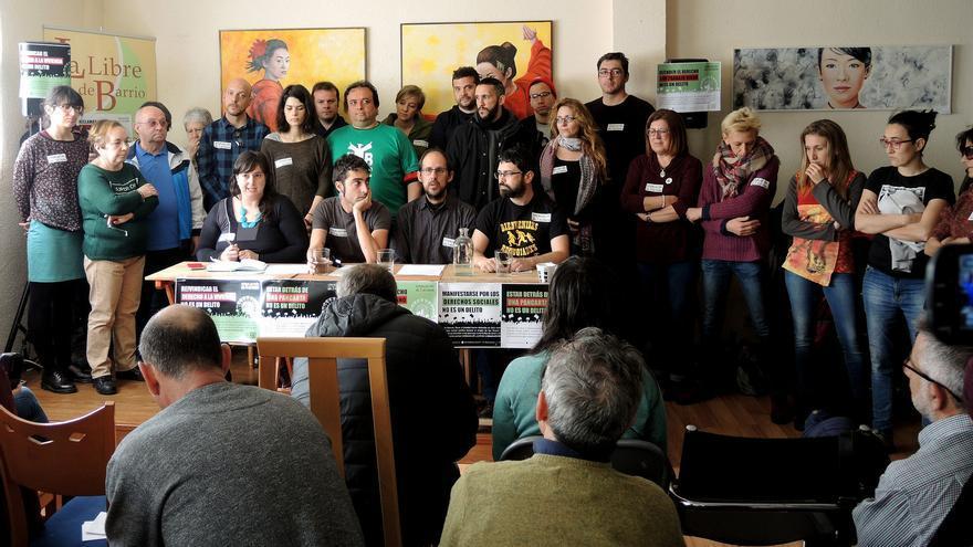 'Los 3 del pregón' junto representantes de Podemos en la Comunidad de Madrid durante la rueda de prensa en la que se pedía su absolución.
