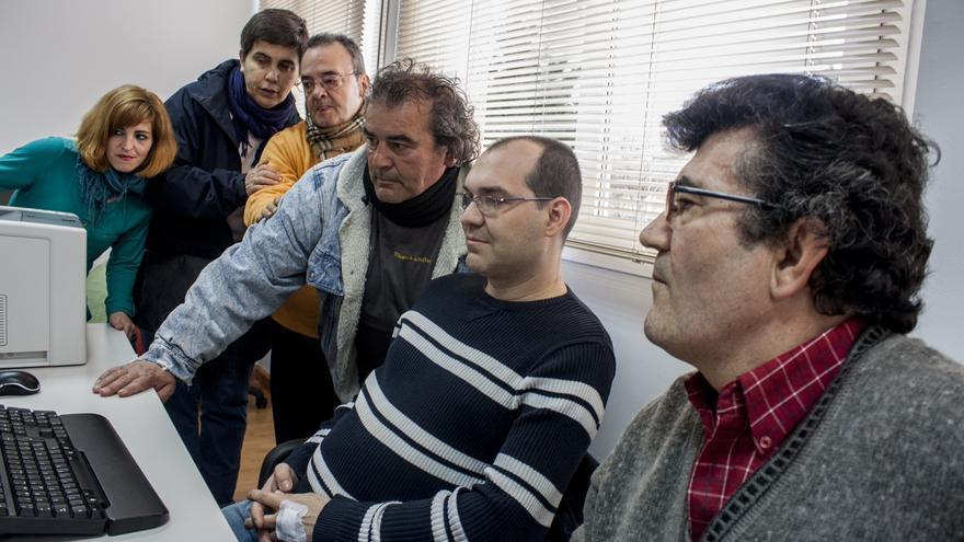 Luis, uno de los afectados por la pobreza energética, junto a compañeros de la PAH de Fuenlabrada / Pablo Barroso