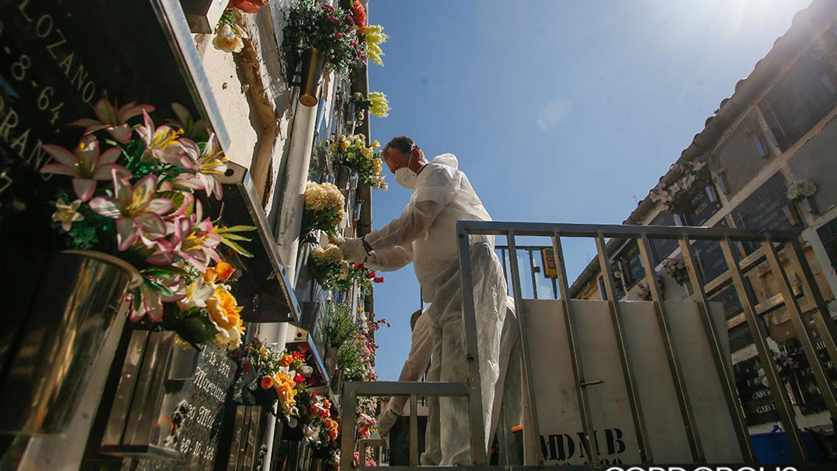 Trabajadores de Cecosam trabajando en el Cementerio de San Rafael durante el estado de alarma