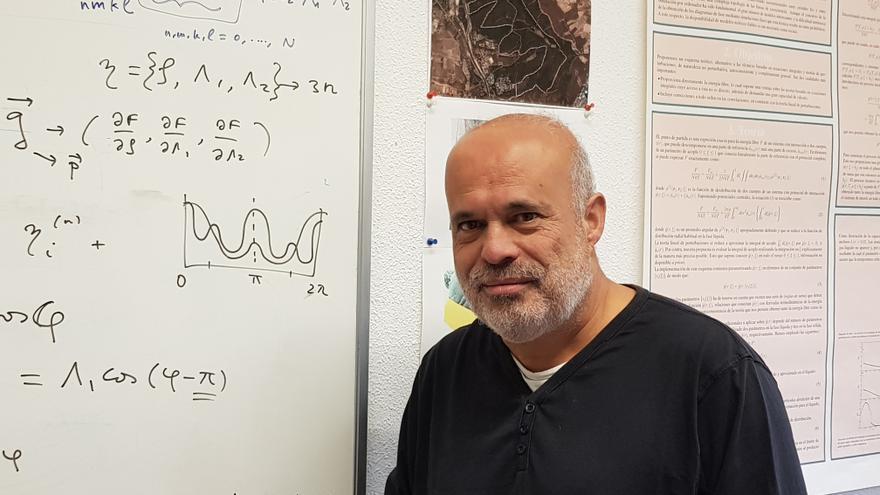 El doctor Luis Mederos dedica parte de su tiempo a la divulgación científica.