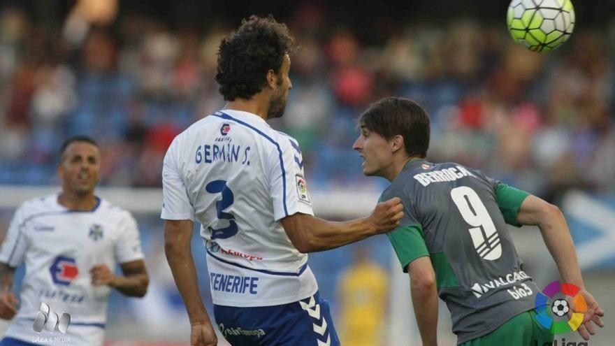 Germán Sánchez ante Berroca en el partido entre el Tenerife y la Ponferradina