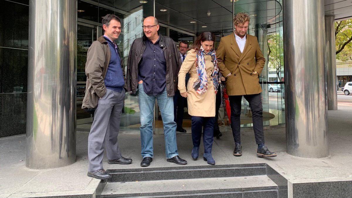 Ramírez y López de Aberasturi, saliendo del juzgado delante de Álava