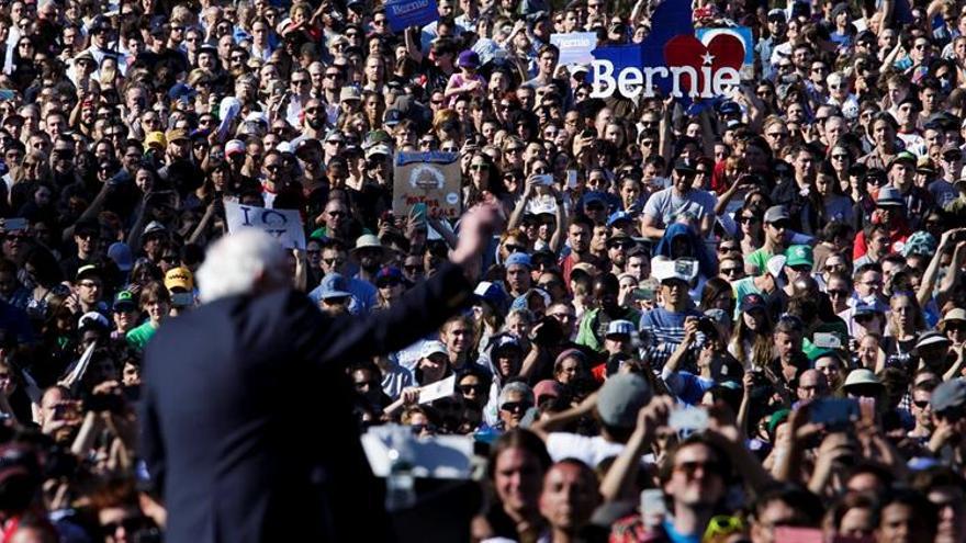 Sanders se da un baño de masas en Nueva York, mientras Clinton busca el voto latino