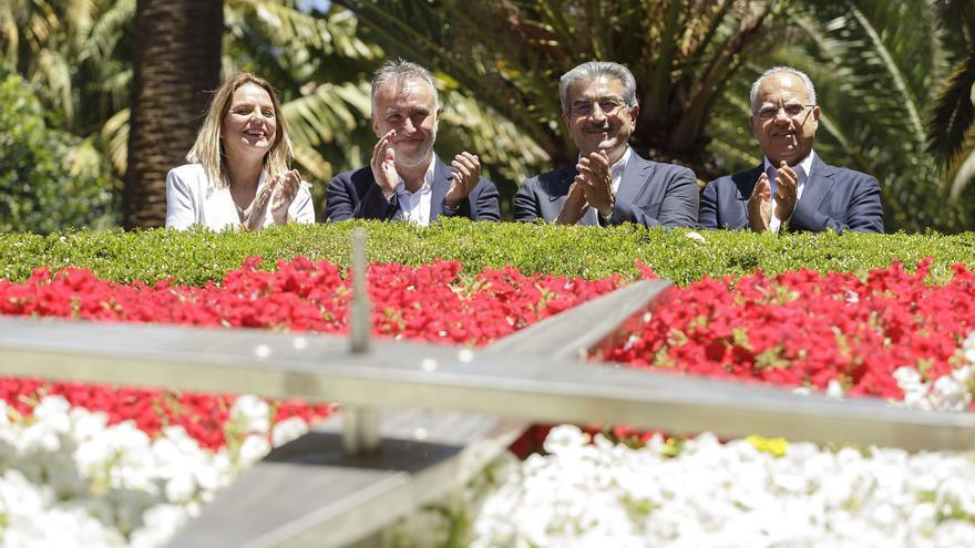 Foto para la historia en la parte alta del reloj de flores del parque central de la capital tinerfeña