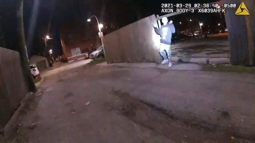 Niño latino tenía las manos arriba cuando un policía de Chicago lo mató