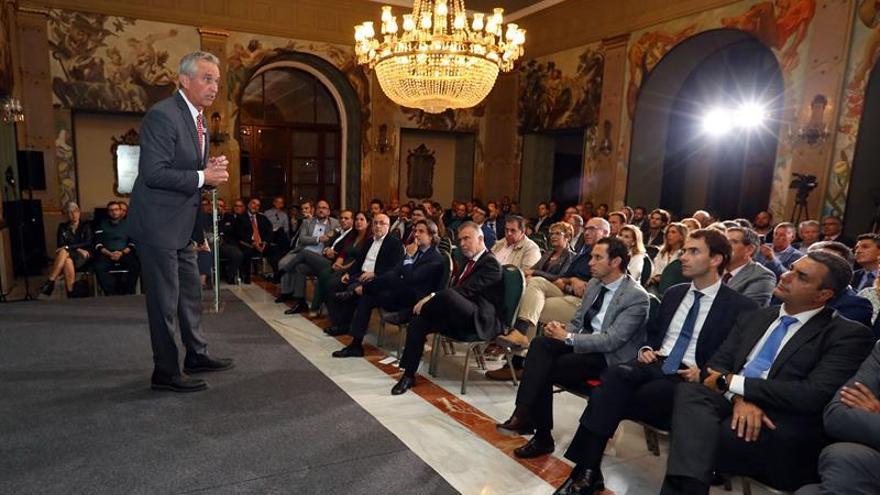 El abogado y activista medioambiental Robert F. Kennedy Jr. (i) durante la conferencia que ofreció este martes en Las Palmas. EFE/Elvira Urquijo A.  Crédito: EFE