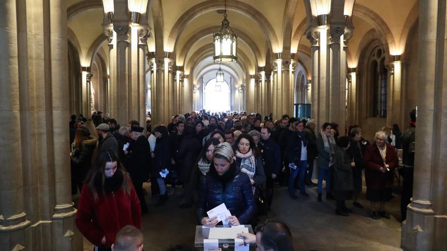Numerosos ciudadanos esperan para votar en el colegio electoral de la Plaza de la Universidad. EFE/Javier Etxezarreta