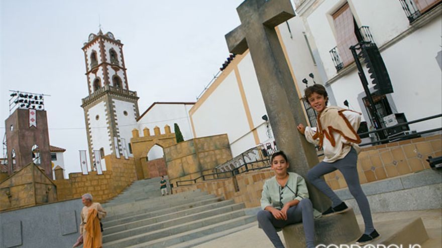 Dos niños en la plaza del pueblo de Fuente Obejuna | MADERO CUBERO
