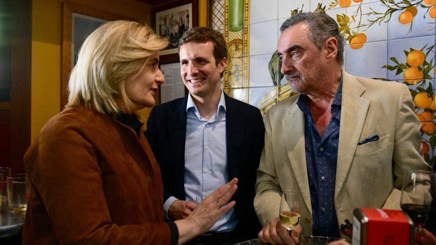 Fátima Báñez junto a Pablo Casado y el periodista Carlos Herrera, este 15 de marzo en Sevilla.