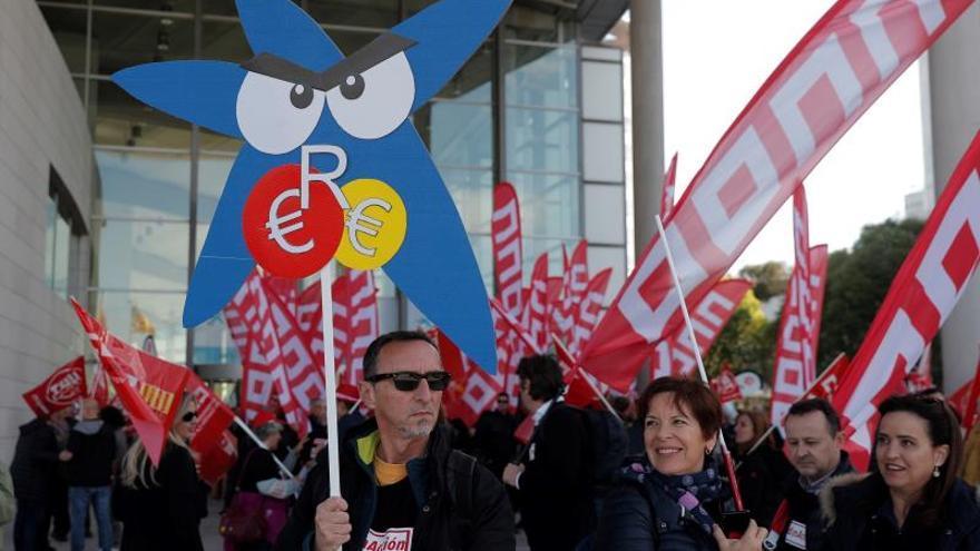Unos 200 sindicalistas protestan contra el ERE en la junta de CaixaBank