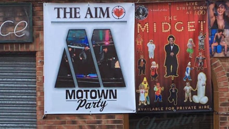 Los carteles ofreciendo el alquiler de personas con enanismo en la puerta del pub Chaplin de Benidorm