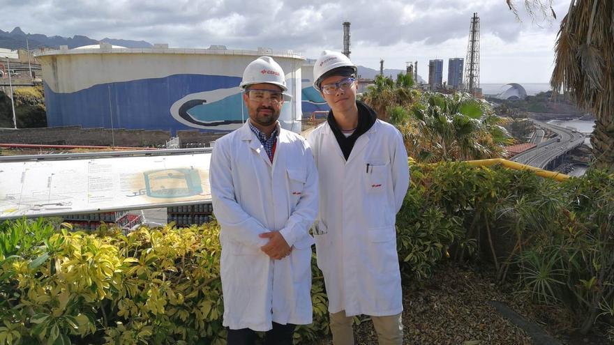 Chen ShaoYuan, alumno del IES Los Cristianos, con el responsable de Sistemas de Información de Cepsa en Canarias, Máximo Hernández