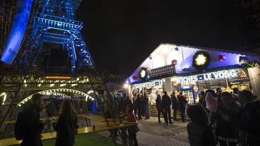 Miles de bombillas iluminan los Campos Elíseos de París por la Navidad