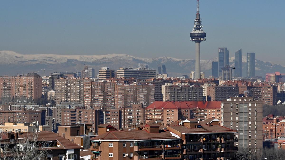 Vista de Madrid desde el cerro del Tío Pío con la contaminación que ya se aprecia en el horizonte. EFE/ Victor Lerena.