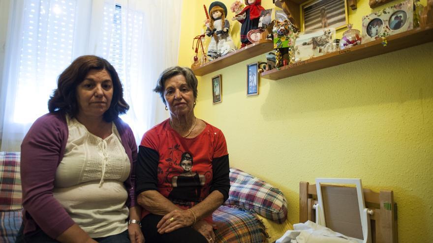Yuca Gutiérrez con su hija María José, que ha vuelto a vivir en el barrio en el que nació.   Joaquín Gómez Sastre