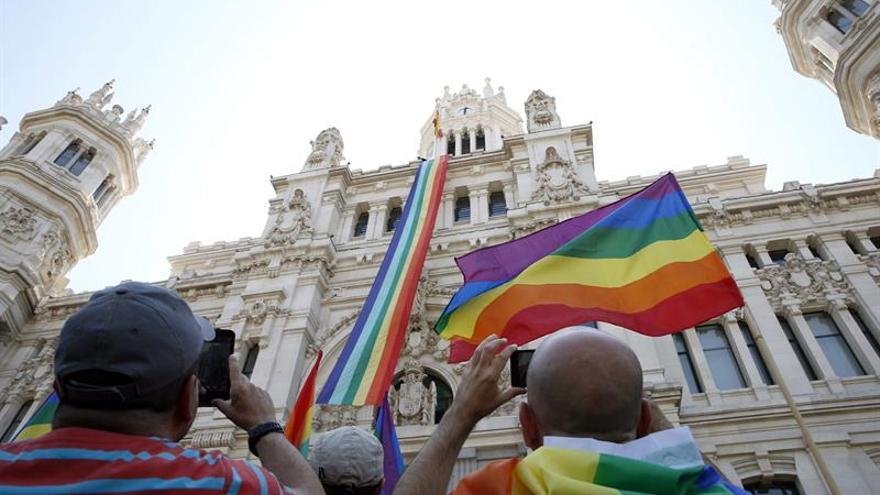 Cibeles lucirá una bandera hecha con 100.000 lazos por el Orgullo Gay