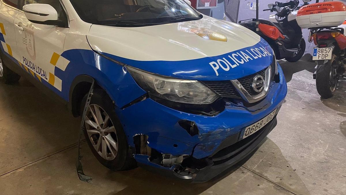 Estado del vehículo de la Policía Local de Candelaria tras ser embestido por los ladrones