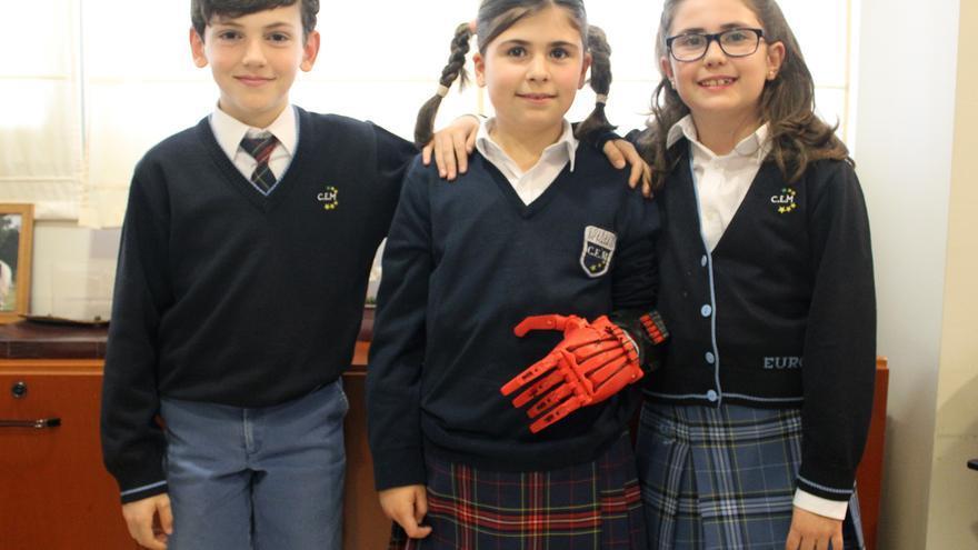 Beatriz junto a sus compañeros Marta y Javier participantes en la construcción de su mano biónica en el Colegio Europeo de Madrid.